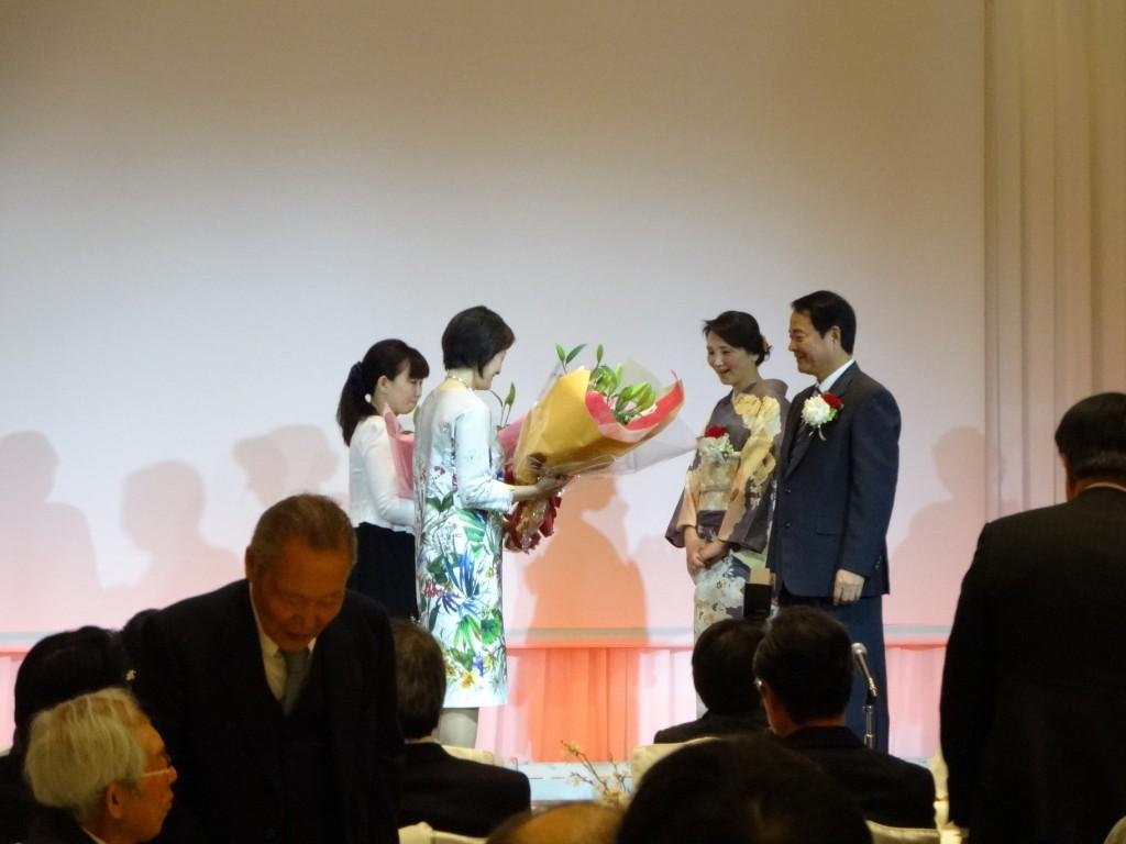 谷本光音教授就任15周年記念祝賀会(花束贈呈1)